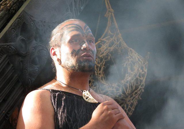 Significado del tatuaje facial maorí tradicional